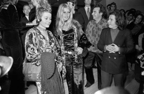 Две жизни Брижит Бардо. Французские актрисы Брижит Бардо и Анни Жирардо 29 октября 1970 года прибыли на премьеру фильма «Послушницы». Фото: AFP/Getty Images