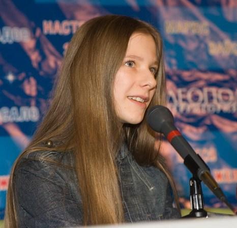 Лиза Арзамасова на пресс-конференции фильма «Любовь в большом городе». Фото с сайта kino-teatr.ru