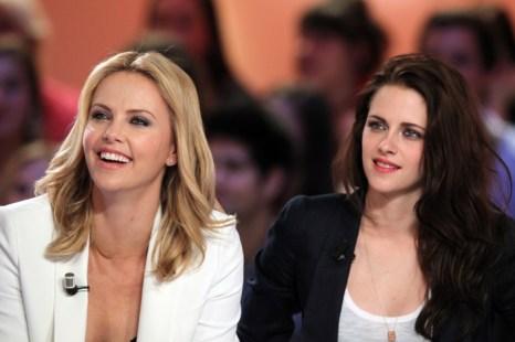«Белоснежка и охотник». Актрисы Шарлиз Терон и Кристен Стюарт  на пресс-конференции фильма «Белоснежка и охотник» в Париже. Фото: KENZO TRIBOUILLARD/AFP/GettyImages