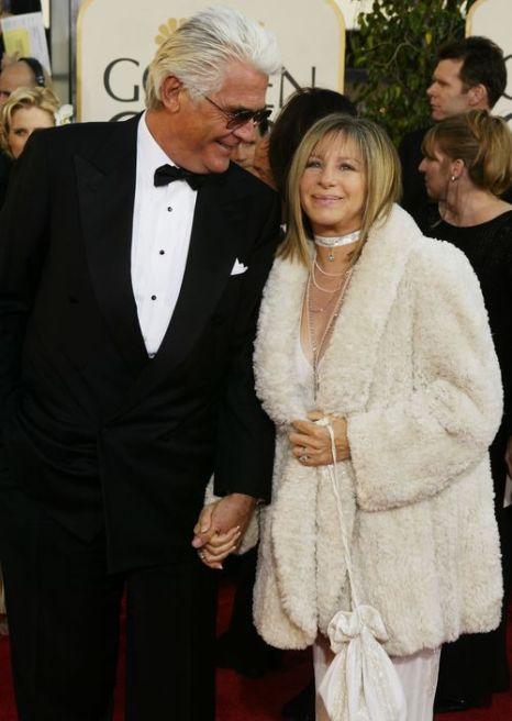 Барбра Стрейзанд c супругом Джеймсом Бролином на 61-й церемонии вручения призов «Золотой глобус». 2004 год. Фото: Carlo Allegri/Getty Images