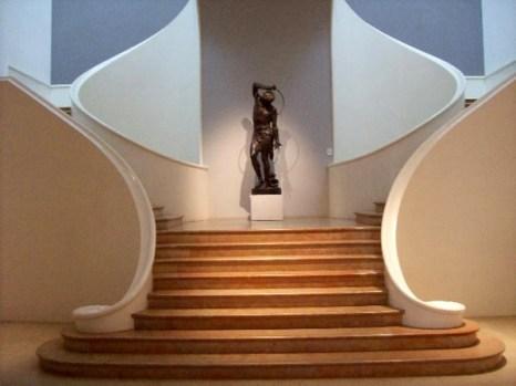 Эта лестница Музея изобразительных искусств служит хорошим примером стиля модерн, где особо подчеркнуты асимметрия и округлые линии. Фото: Susan James