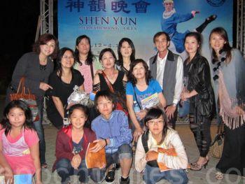 Преподавательница народных танцев Чэнь Цзы Ин (четвертая слева, задний ряд) со своими учениками на представлении Shen Yun Performing Arts (Божественное искусство Шень Юнь) в Гаосюн. (Дай Дэ Мань/Великая Эпоха)