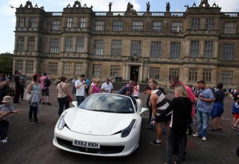 Экзотические и классические автомобили приехали в сафари-парк усадебного дома Лонглит (Англия) в ходе участия в благотворительном заезде «Дети в нужде» 4 июля 2013 года. Фото: Matt Cardy/Getty Images