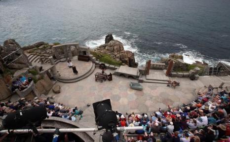 Летний сезон продолжился в британском театре на скале Минак 4 августа 2013 года. Фото: Matt Cardy/Getty Images