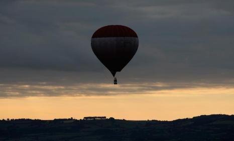 Первые несколько десятков воздухоплавателей поднялись в небо над английским Бристолем рано утром 6 августа 2013 года в преддверии крупнейшего в Европе фестиваля воздушных шаров. Фото: Matt Cardy/Getty Images