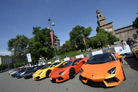 Спорткары Lamborghini, припаркованны 7 Мая 2013 года перед замком Сфорца в Милане накануне Гранд-Тура по Италии в 1,200 км. Фото: OLIVIER MORIN/AFP/Getty Images