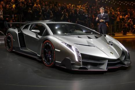 Новый Lamborghini Veneno представлен Генеральным директором и председателем Стефан Винкельманн во время просмотра Volkswagen Group 4 марта 2013 года. Фото: FABRICE COFFRINI/AFP/Getty Images