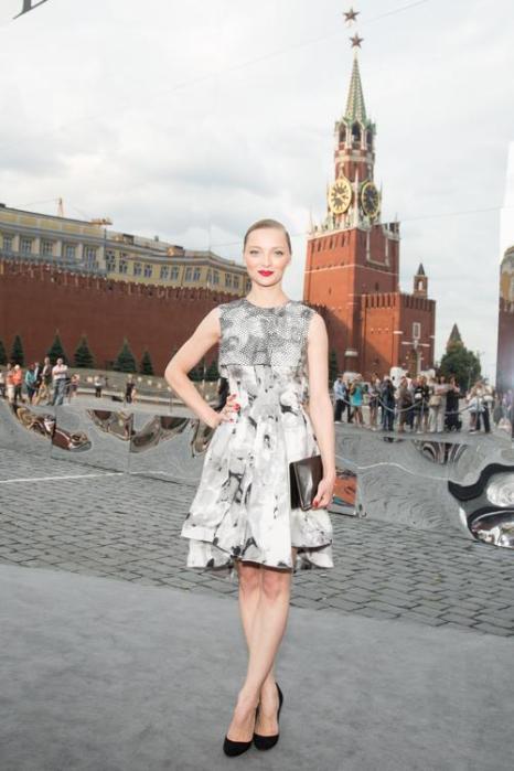 Екатерина Вилкова посетила закрытый показ Christian Dior на Красной площади в Москве 9 июля 2013 года. Фото: Victor Boyko/GettyImages for Dior