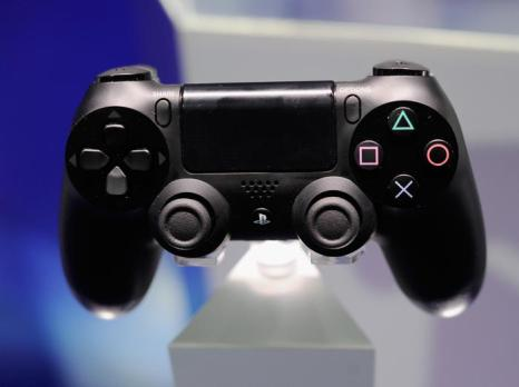 Playstation 4 и его контроллер на выставке E3 11 июля 2013 года. Фото: Kevork Djansezian/Getty Images
