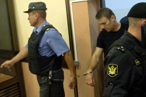 Алексей Навальный отпущен из-под стражи в зале областного суда Кирова 19 июля 2013 года. Фото: SERGEI BROVKO/AFP/Getty Images