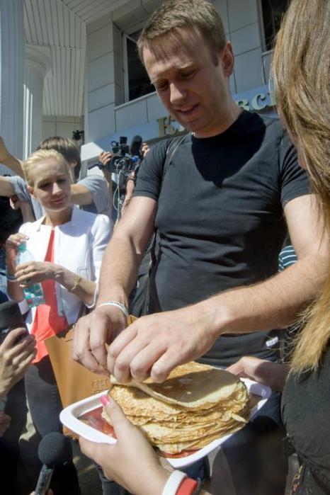 Алексей Навальный отпущен из-под стражи в кировском областном суде под подписку о невыезде 19 июля 2013 года. Фото: SERGEI BROVKO/AFP/Getty Images