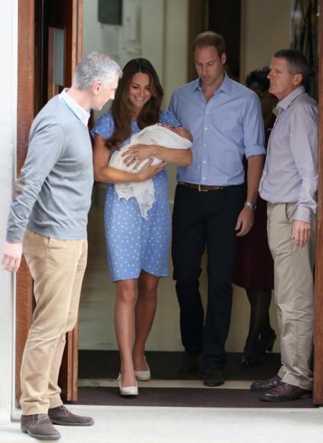 Герцог Кембриджский принц Уильям и его супруга герцогиня Кэтрин показали новорождённого принца Великобритании, после того как мама с ребёнком выписались из госпиталя 23 июля 2013 года. Фото: Chris Jackson/Getty Images
