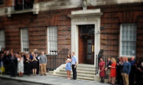 Герцог Кембриджский принц Уильям и его супруга герцогиня Кэтрин показали новорождённого принца Великобритании, после того как мама с ребёнком выписались из госпиталя 23 июля 2013 года. Фото: Stuart C. Wilson/Vittorio Zunino Celotto/Getty Images