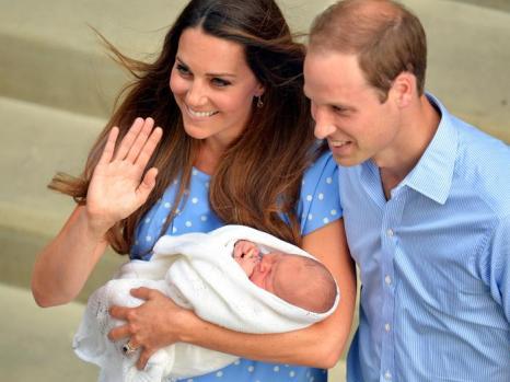 Герцог Кембриджский принц Уильям и его супруга герцогиня Кэтрин показали новорождённого принца Великобритании, после того как мама с ребёнком выписались из госпиталя 23 июля 2013 года. Фото: John Stillwell/WPA-Pool/Getty Images