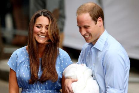 Герцог Кембриджский принц Уильям и его супруга герцогиня Кэтрин показали новорождённого принца Великобритании, после того как мама с ребёнком выписались из госпиталя 23 июля 2013 года. Фото: Ben A. Pruchnie/Getty Images