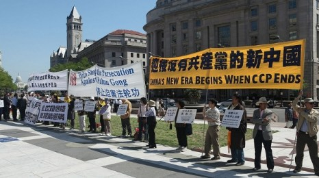 Участники митинга. «Немедленно остановить преследование Фалуньгун», «Китай вступает в новую эру, эру без КПК». Фото: Xi Ming/The Epoch Times