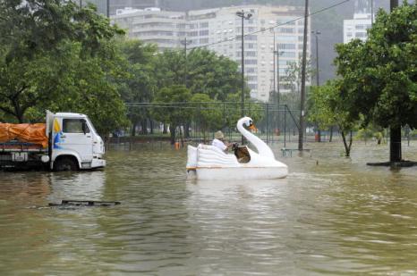 В Бразилии жертвами наводнения  и оползней стали около 100 человек. Фото: ANTONIO SCORZA/AFP/Getty Images