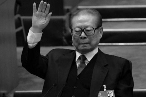 Бывший лидер коммунистической партии Китая Цзян Цзэминь на закрытии 18-го съезда компартии в Большом зале народных собраний в Пекине 14 ноября 2012 года. Цзян недавно поужинал с бывшим госсекретарём США Генри Киссинджером, пытаясь укрепить своё ослабевающее влияние. Фото: Goh Chai Hin/AFP/Getty Images