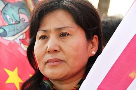Гэн Хэ, супруга исчезнувшего китайского адвоката по правам человека Гао Цзишэна, появилась на митинге в Вашингтоне, О.К. 14 февраля 2012 г. Гэн Хэ недавно обратилась к администрации Обамы с просьбой помочь её мужу, находящемуся в тюрьме. Фото: Shar Adams/The Epoch Times