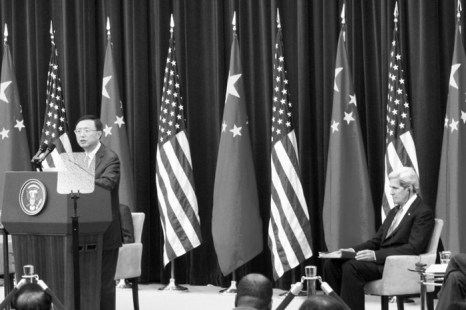 Ян Цзечи, член Госсовета Китая, выступает на встрече с Джоном Керри, госсекретарём США. Фото: Matthew Robertson/Epoch Times
