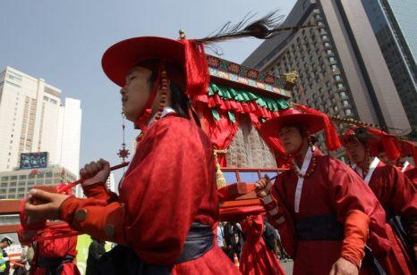 Торжественная церемония завершения реставрации древних ворот Суннемун, национального достояния Южной Кореи состоялась 4 мая 2013 г. в Сеуле. Фото: Chung Sung-Jun/Getty Images
