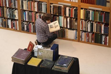 Человек изучает ценные книги в преддверии выставки изобразительного искусства и антиквариата 2013. Фото: Dan Kitwood/Getty Images