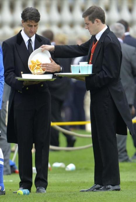 Старший внук королевы Великобритании Елизаветы II, принц Уильям, являясь президентом Футбольной ассоциации страны, организовал 7 октября 2013 года матч старейших английских команд на территории Букингемского дворца, чтобы отметить 150-летие футбольной ассоциации. Фото: Toby Melville - WPA Pool / Getty Images