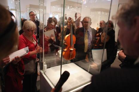 Скрипка «Мессия» 1716 года на выставке в Оксфорде. Фото: Oli Scarff/Getty Images