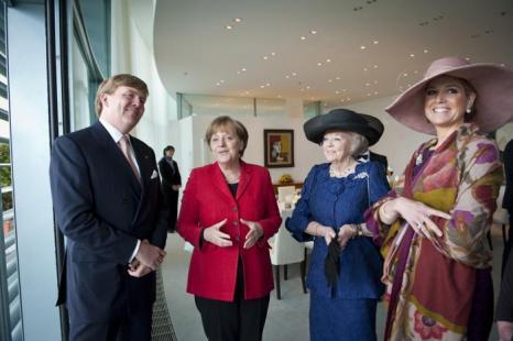 Принц Виллем-Александр с женой Максимой, матерью королевой Беатрикс и канцлером Германии Ангелой Меркель . Фото: Sandra Steins/Bundesregierung-Pool via Getty Images
