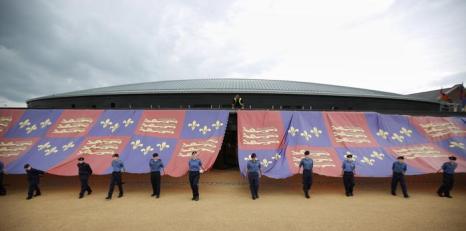 Флаг Тюдоров растянули около музея на церемонии. Фото: Peter Macdiarmid/Getty Images