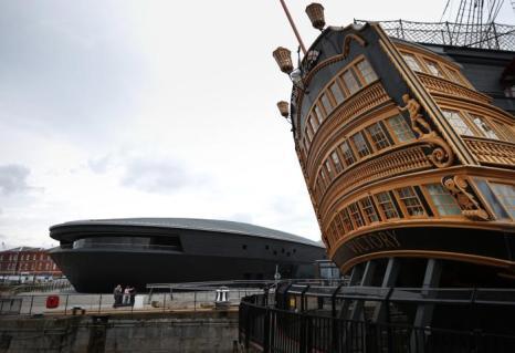 Музей Тюдоров (л) рядом с кораблём первого ранга Королевского флота Великобритании HMS Victory 1765 года. Фото: Peter Macdiarmid/Getty Images