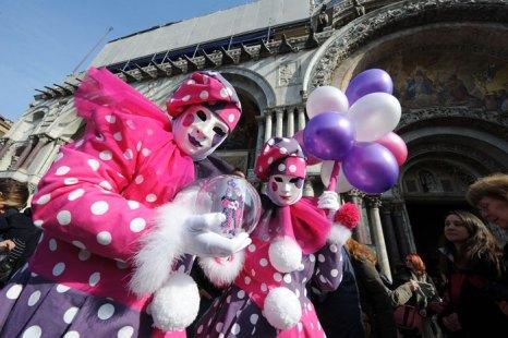Венецианский карнавал – костюмированный праздник, привлекающий сотни тысяч иностранных туристов и жителей Италии. Фото: ANDREA PATTARO/AFP/Getty Images