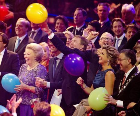 Принцесса Нидерландов Беатрикс, премьер-министр Марк Рютте, король Нидерландов Виллем-Александр и королева Максима 1 февраля 2014 года на праздновании дня рождения принцессы Беатрикс, ранее царствующей в Нидерландах. Фото: Robin Utrecht-Pool/Getty Images