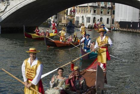 Самое зрелищное после Венецианского карнавала событие города — Историческая регата прошла традиционно в первое воскресенье сентября 2013 года в Венеции. Фото: Marco Secchi/Getty Images
