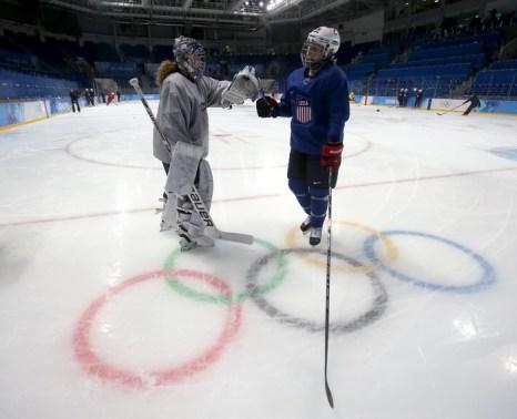 Действующий чемпион мира по женскому хоккею, команда США, провела тренировку в Сочи 2 февраля в преддверии выступлений на Олимпийских играх. Фото: Bruce Bennett/Getty Images