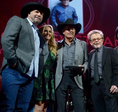 Джордж Стрейт (в центре) удостоился премии ASCAP за самую исполняемую песню среди исполнителей кантри в Нэшвилле 4 ноября 2013 года. Фото: Michael Loccisano / Getty Images