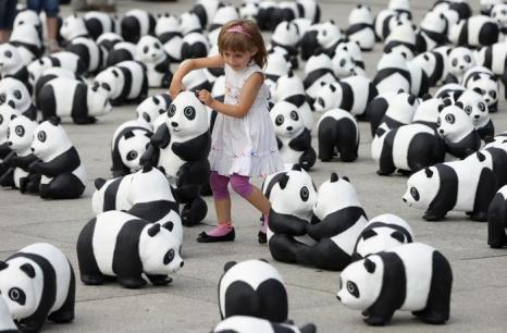 Всемирный фонд дикой природы (WWF) выставил 1600 скульптур панд в главном железнодорожном вокзале столицы Германии 5 августа 2013 года. Фото: Sean Gallup/Getty Images