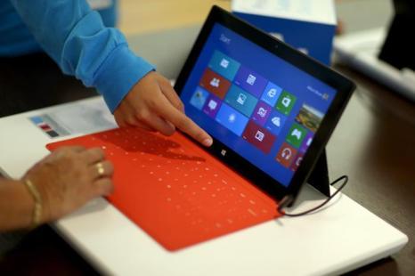 Продажи новой ОС в магазине Microsoft  в Майами (США). Компания Microsoft спустя год после выхода Windows 8 запустила 17 октября 2013 года  Windows 8.1 с усовершенствованными параметрами. Фото: Joe Raedle / Getty Images