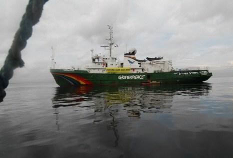 Корабль «Гринпис». Фото: Dondi Tawatao/Getty Images