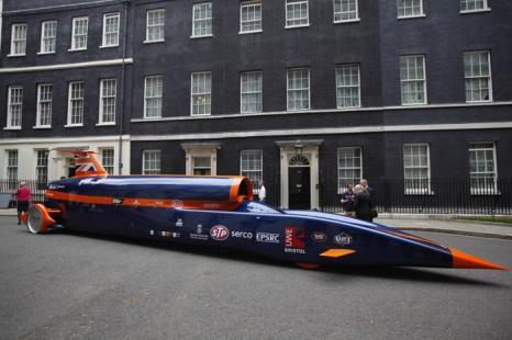 Потенциально быстрейший в мире сверхзвуковой ракетомобиль Bloodhound Supersonic прибыл к резиденции премьера Великобритании  Дэвида Кэмерона. Фото: Dan Dennison/Getty Images