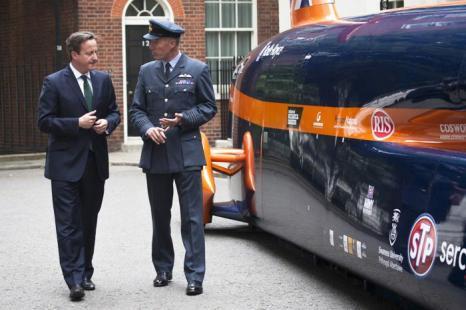 Дэвид Кэмерон встретился с пилотом машины Bloodhound Supersonic Энди Грином. Фото: Dan Dennison/Getty Images