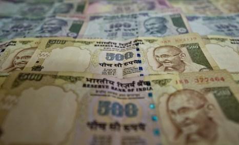 Индия борется со слабостью рупии. Фото: MANAN VATSYAYANA/AFP/Getty Images