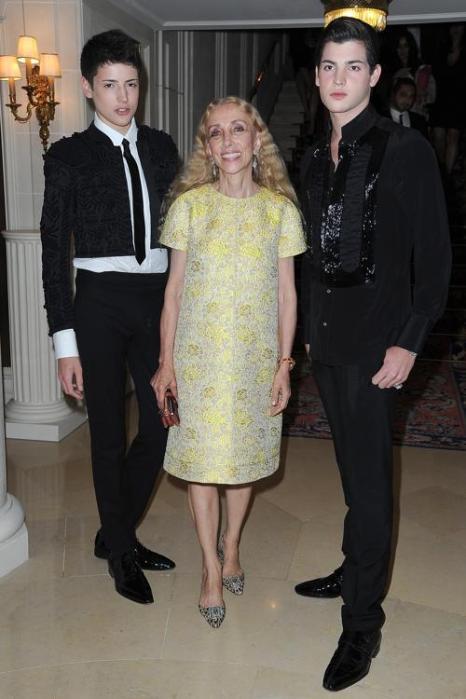 Знаменитости на показе моды Versace Haute Couture  в Париже.  Franca Sozzani (в центре) и гости.  Фоторепортаж.  Фото:  Pascal Le Segretain/Getty Images