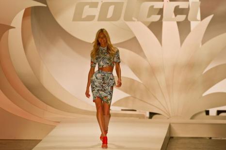 Коллекции моды «Лето-2013» на неделе  моды в Сан-Паулу.  Часть 2.  Фоторепортаж.  Фото: NELSON ALMEIDA/AFP/GettyImages