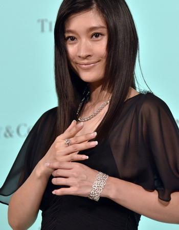 Японская актриса Риоко Шинохара представляет ювелирные изделия с бриллиантами стоимостью в 3 миллиона долларов на презентации свадебной ювелирной коллекции Tiffany в Токио в сентябре. Япония является крупнейшим рынком предметов роскоши, вслед за США. Фото: Yoshikazu Tsuno/Getty Images