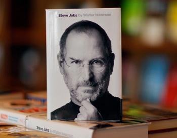 Экземпляр недавно выпущенного релиза биографии главы Apple, Стива Джобса, 24 октября 2011 года, магазин Books & Books, Корал-Гейбл, Флорида. Фото: Джо Raedle/Getty Images