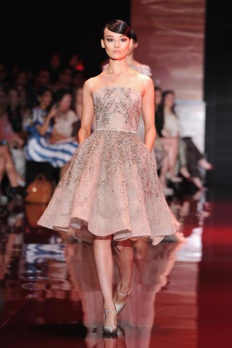 Роскошные вечерние платья Elie Saab  представлены на Неделе высокой моды в Париже 3 июля 2013 года. Фото: Pascal Le Segretain/Getty Images