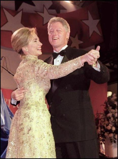 Президент США Билл Клинтон и первая леди США Хиллари Клинтон, танец на первом балу 20 января в Вашингтоне. Фото: LUKE FRAZZA/AFP/Getty Images