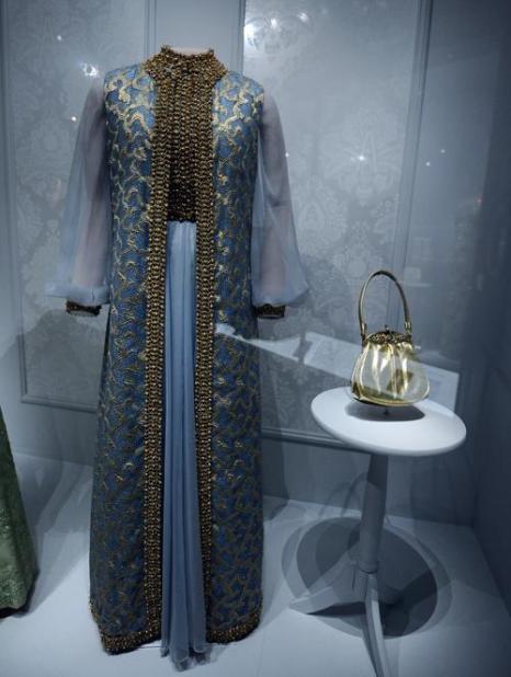 Платье бывшей первой леди США Розалин Смит Картер 1977 года на выставке в Национальном музее Смитсоновского института американской истории, Вашингтон, 18 ноября 2011. Фото: JEWEL SAMAD/AFP/Getty Images