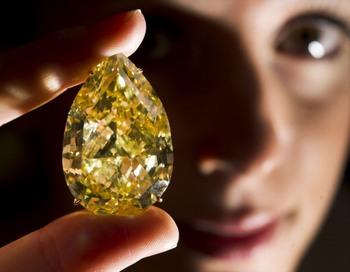 Искусственные бриллианты. Фото: FABRICE COFFRINI/Getty Images
